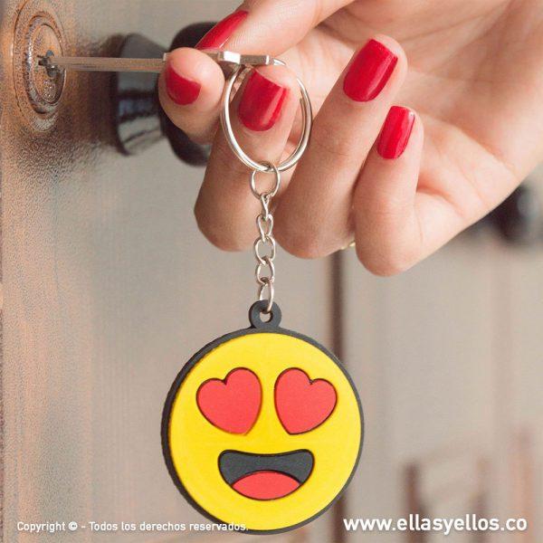 Llavero en forma de emoji con cara de enamorado
